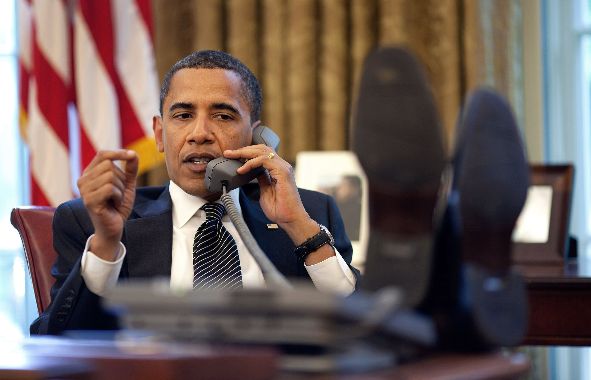 Barack_Obama_on_phone
